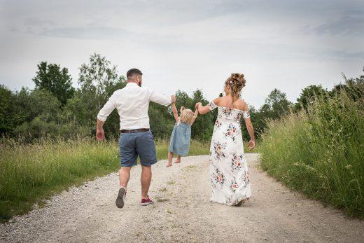 Familie geht am Feld