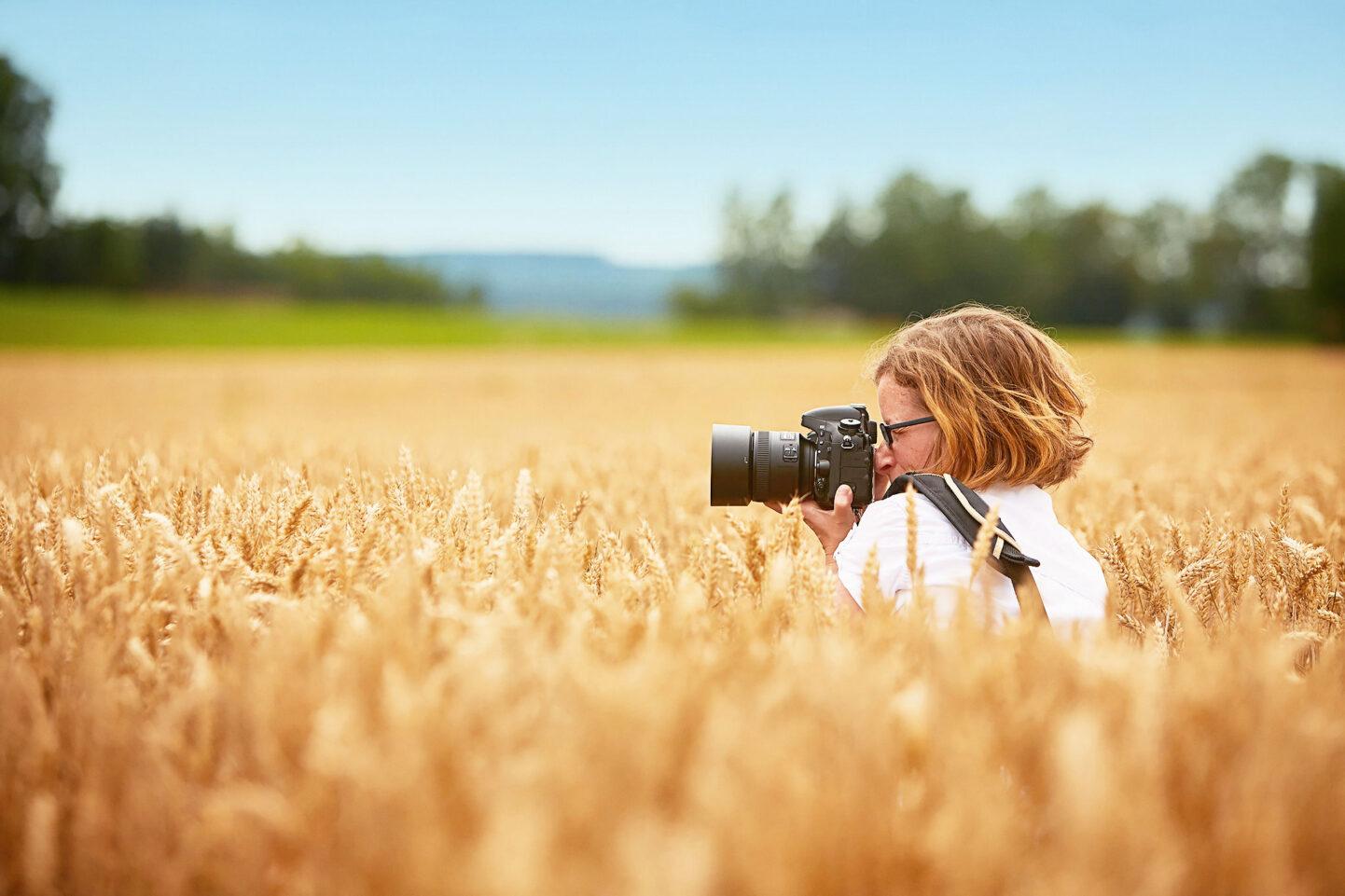 Caroline Eibl ist mit ihrer Kamera mitten im Feld nähe München